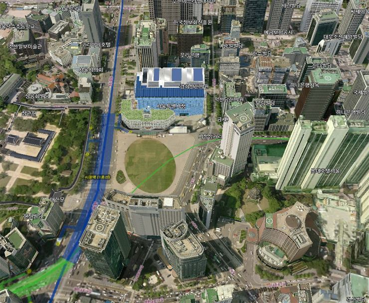 A 3D city map by the Seoul Metropolitan Government has been using the same version since 2012. It updated new building structures only by attaching their graphic images onto the existing map despite low graphic quality, like City Hall, a blue structure above, renovated in August 2012. / Courtesy of Seoul Metropolitan Government