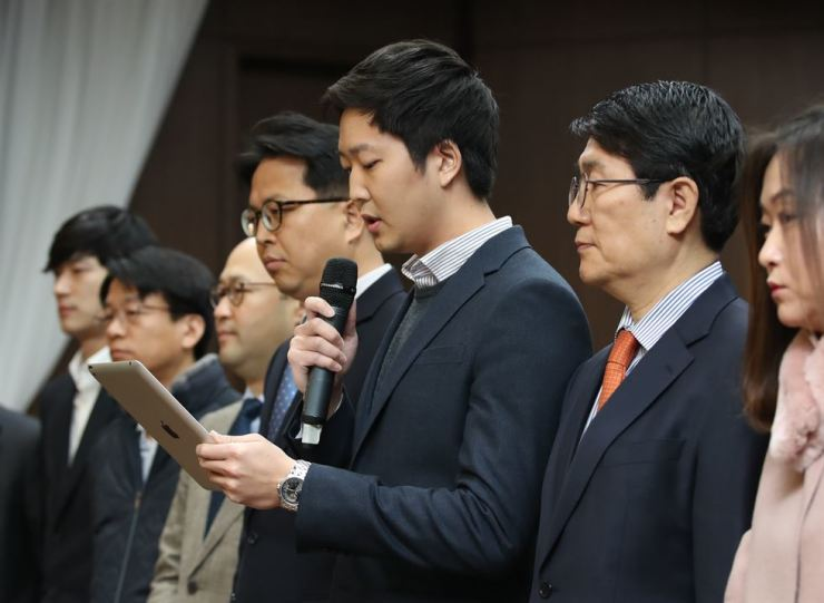 Kim Hwa-joon, a leader of the Korea Blockchain Industry Association, reads an announcement at the Bankers Club in Seoul, Friday. The association promised to introduce self-policing policies to raise the transparency of cryptocurrency trading. / Yonhap