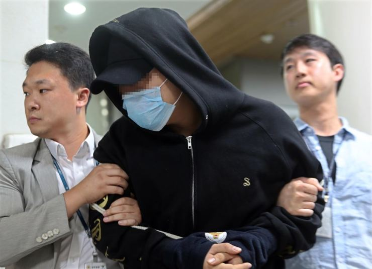 The first son of Gyeonggi Province Governor Nam Kyung-pil arrives at Seoul Central District Court Sept. 19 for questioning about his alleged smuggling of four grams of 'philopon' into Korea from China. / Korea Times file