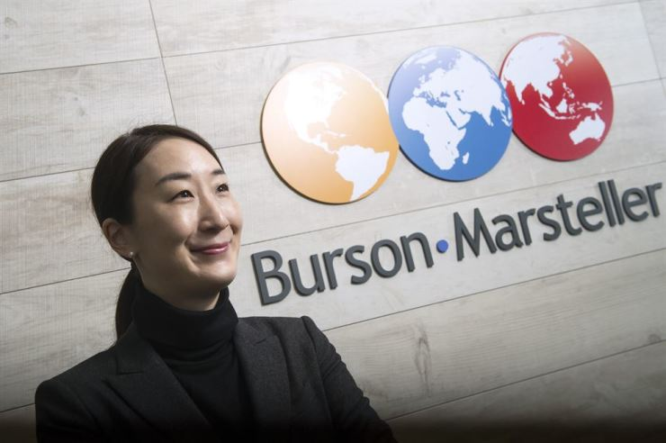 Chee Ihn, market leader of Burson-Marsteller Korea, smiles as she poses in the company's office near Gangnam Station in southern Seoul, Dec. 30. Chee shared her views on strategic communication, crisis management and leadership. / Korea Times photo by Shim Hyun-chul