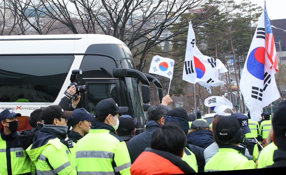 Hyon Song-wol, head of the North Korean delegation, returns to Seoul Station on Monday morning after a one-day inspection of possible sites for a North Korean art troupe's performance in Gangneung, Gangwon Province. / Korea Times photo by Shim Hyun-chul