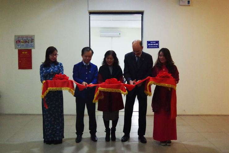 Asia Institute director Emanuel Pastreich, second from left, and VICAS director Bui Hoai Son, second from right, cut the ribbon at the opening ceremony of the Asia Institute Hanoi Office.