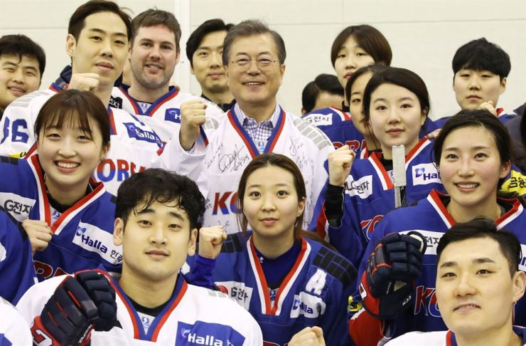 President Moon Jae-in with ice hockey players on Jan. 17 / Yonhap