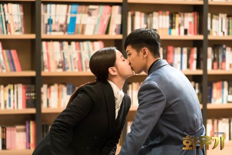 Jin Seon-mi kisses Son Oh-gong in 'A Korean Odyssey,' tvN's adaptation of Chinese classic 'Journey to the West.' / Captured from the program's Facebook