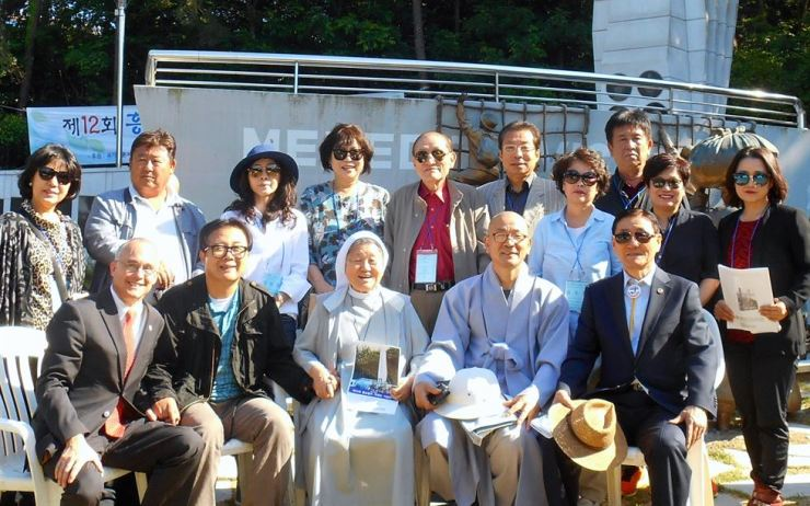 Ned Forney, lower left, visits the Hungnam Memorial on Geoje Island with Hungnam refugees and descendants in May 2017. Photo courtesy of Ned Forney