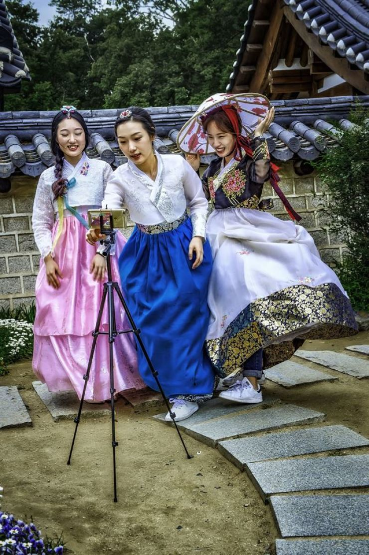 Jeonju Hanbok. Photo by Tom Coyner, May 15, 2016