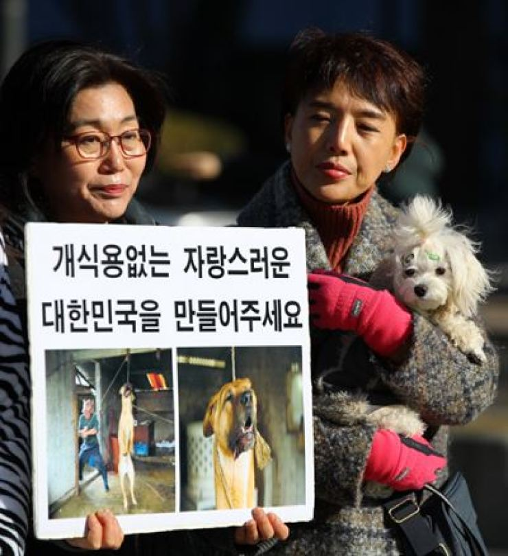 Animal activists demand the Korean government ban the sale and consumption of dogs in Gwangwhamun, Wednesday. /Yonhap