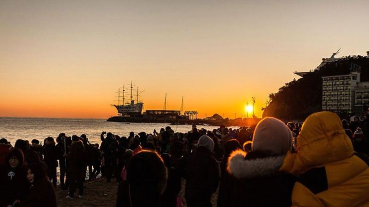 People gather to see the first sunrise of 2018 / Courtesy of Gangneung City