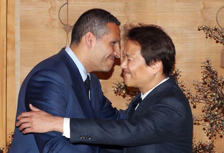 Presidential chief of staff Lim Jong-seok hugs UAE envoy Khaldoon Khalifa Al Mubarak during the envoy's recent visit to Seoul. / Yonhap