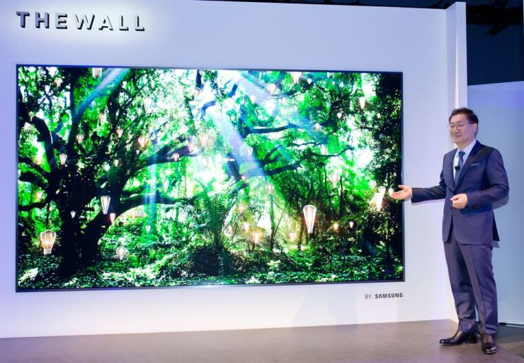 CES 2018] Samsung pushes for two-track TV strategy
