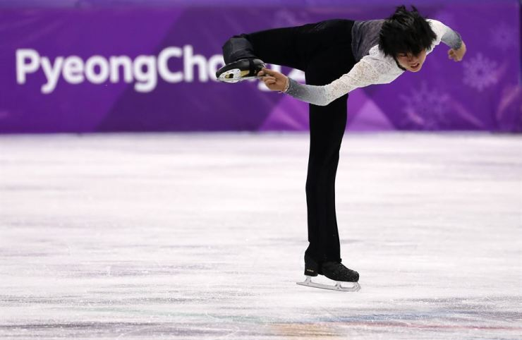 Cha Jun-hwan of South Korea takes part in the men's figure skating at the Gangneung Ice Arena Saturday. The 16 year-old recorded 248.59 to place 15th overall. Korea Times photo by Shim Hyun-chul