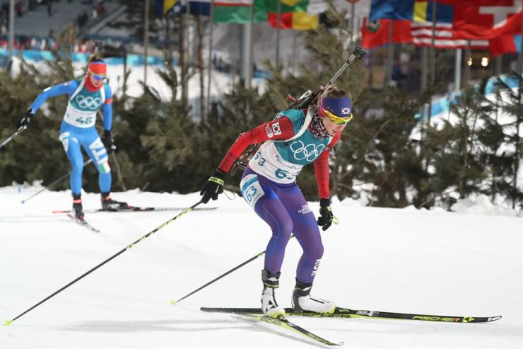 South Korea's Ekaterina Avvakumova, right, races in women's 7.5km sprint on Feb. 10 at Alpensia Biathlon Center in PyeongChang, Gangwon Province. / Yonhap
