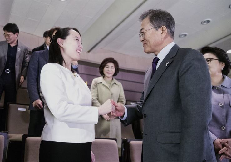 President Moon Jae-in shakes hands with North Korean special envoy Kim Yo-jong during her visit to Seoul. / Yonhap