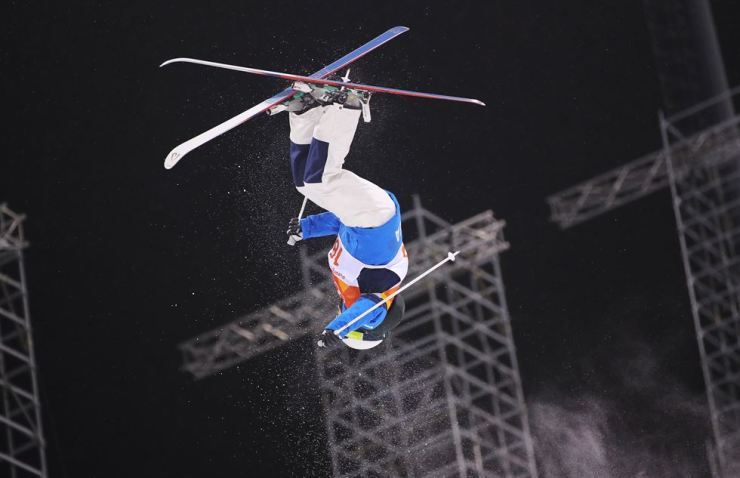 Korea's Seo Jung-hwa makes a jump during her PyeongChang Olympics women's moguls final 1 at Phoenix Park, Gangwon Province, Sunday. / Yonhap