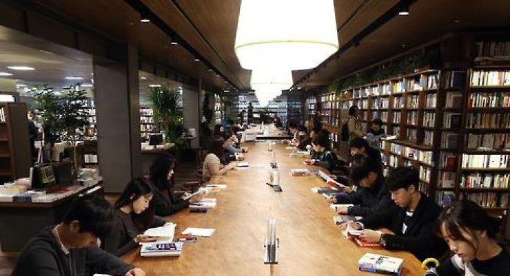 The reading rate among Korean adults is at an all-time low. / Yonhap