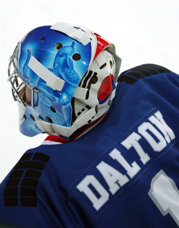 Men's ice hockey team goalie Matt Dalton's mask features Admiral Yi Sun-sin./ Yonhap