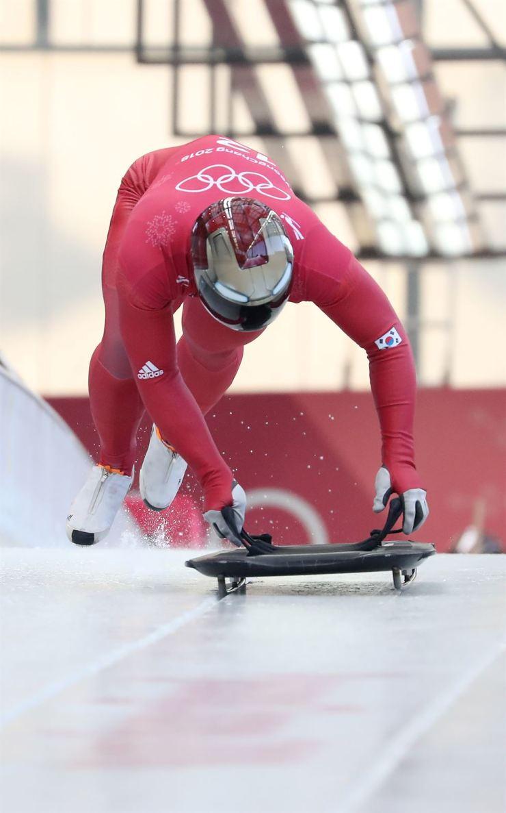 Korea's skeleton racer Yun Sung-bin starts during a training run for the PyeongChang Olympics men's skeleton at the Alpensia Sliding Center, Tuesday. / Korea Times photo by Shim Hyun-chul