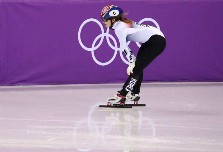 Short-track speed skater Choi Min-jeong rests on the ice rink after apparently finishing second in the women's 500-meter final race at the Gangneung Ice Arena, Tuesday. She was later disqualified from the final for interfering with other skaters. / Korea Times photo by Shim Hyun-chul