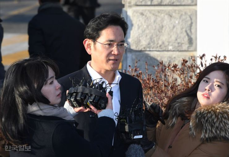 Samsung Electronics Vice Chairman Lee Jae-yong leaves Seoul Detention Center in Uiwang, Gyeonggi Province, Feb. 5, when he was freed after an appeals court reduced a five-year prison term for corruption to two-and-a-half years suspended for four years. / Korea Times file