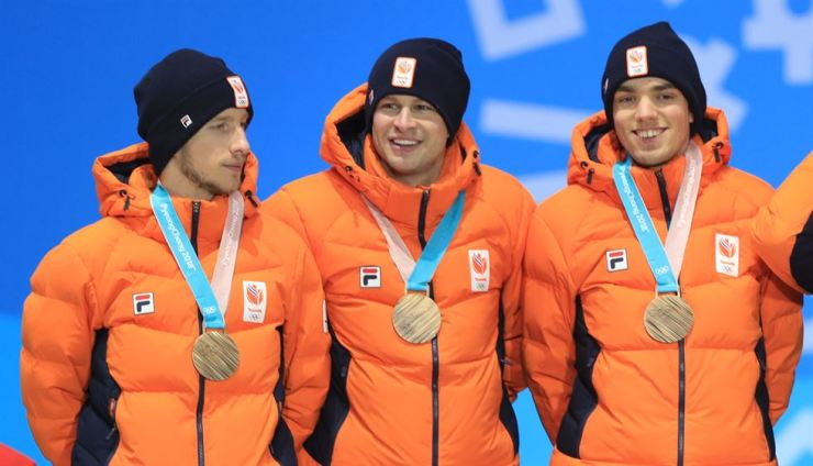 Jan Blokhuijsen, left, stands with his teammates on the podium during the medial ceremony at the PyeongChang Olympics, Thursday. / Yonhap