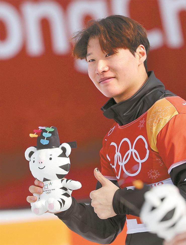 Korea's Lee Sang-ho poses after winning the silver at the PyeongChang Winter Olympics men's snowboard parallel giant slalom finals at Phoenix Park, Saturday. / Yonhap