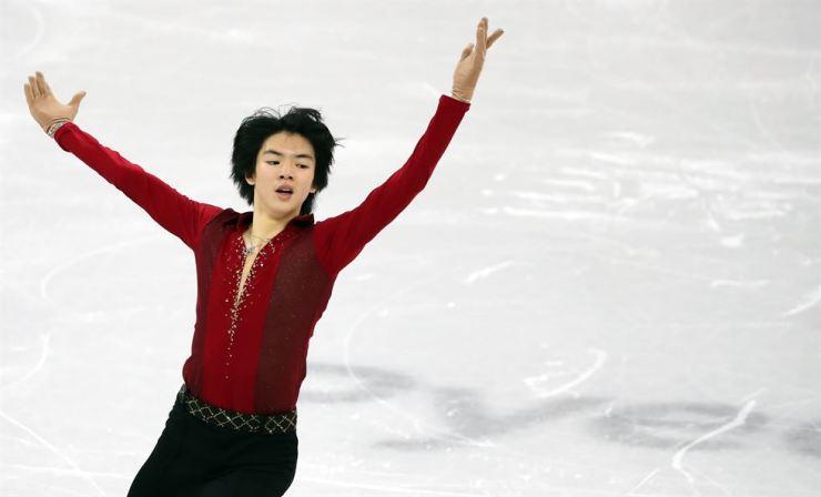 South Korean figure skater Cha Jun-hwan performs for the short program in the PyongChang Olympics men's singles in Gangneung Ice Arena, Friday. / Yonhap