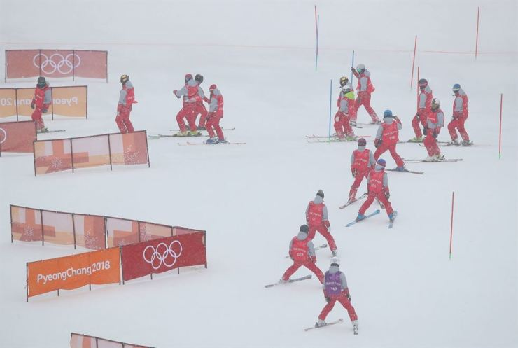 Olympic officials realigning the slopes after the women's alpine slalom event was rescheduled due to strong winds at YongPyong Alpine Center in PyeongChang Wednesday. Yonhap