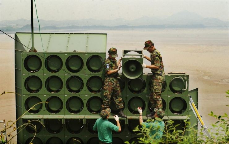 South Korean soldiers take out loudspeakers near the Odusan Unification Observatory in Paju, Gyeonggi Province, in September 2004, following an agreement reached by North Korea and South Korea. / Korea Times file
