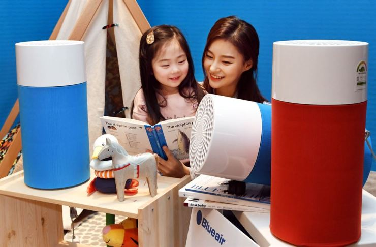 Models showcase Blueair's new compact air purifier, Blue Pure 411, at The Plaza Hotel Seoul. / Courtesy of Hankook Ilbo
