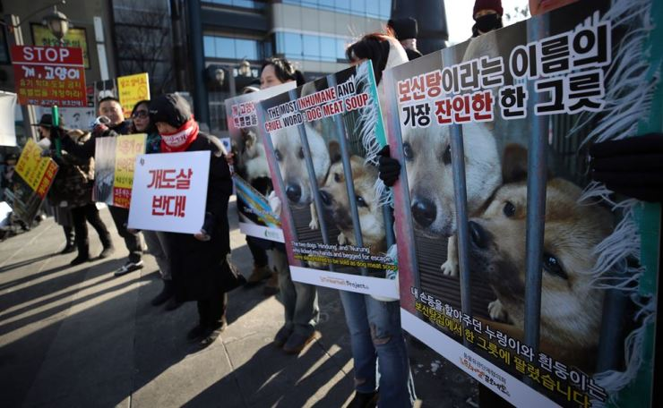 Animal rights activists rally in central Seoul Sunday to protest Korea's dog-eating practice. / Yonhap
