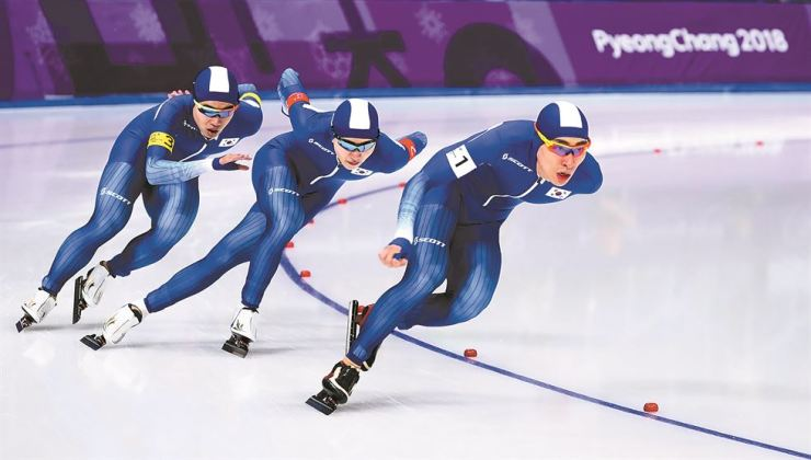 Korea competes during the PyeongChang Winter Games men's team pursuit speed skating quarterfinals at the Gangneung Oval, Sunday. From left are Kim Min-seok, Chung Jae-won and Lee Seung-hoon / Korea Times photo by Shim Hyun-chul