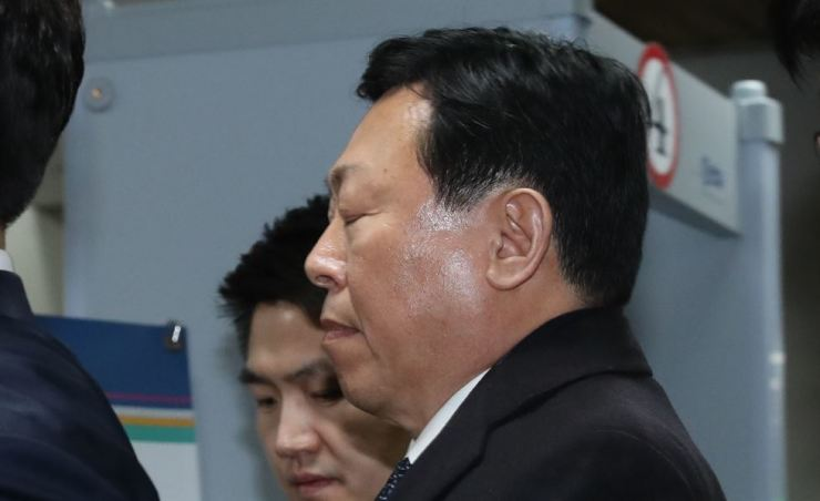Shin Dong-bin, chairman of Lotte Group and the Korea Ski Association, appears at the Seoul Central District Court on Feb. 13 for a ruling on his bribery charges. The ski association lost its head after the ruling sentenced Shin to a 30-month prison term. / Yonhap