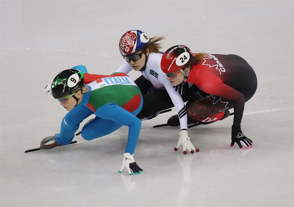 Korea's Choi Min-jeong, right, attempts to overtake Arianna Fontana of Italy near the finish during their PyeongChang Olympics women's 500m short track speed skating final at Gangneung Ice Arena, Tuesday. / Yonhap