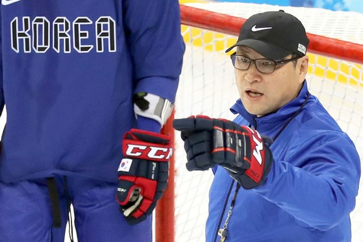 Jim Paek, director of Korea's hockey program and head coach of men's national ice hockey team, speaks during a training in the Gwangdong Ice Hockey Center in the eastern city of Gangneung on Wednesday, a day before South Korea's Olympic debut game against Czech Republic. /Yonhap