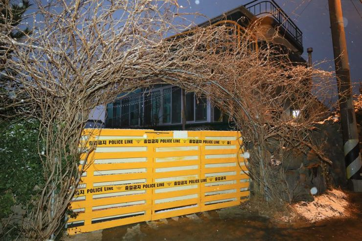Police barricades block entry to the guesthouse of a suspected murder. / Yonhap