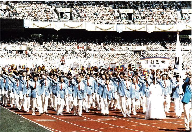 This file photo shows Korean athletes making their entrance at the 1988 Seoul Olympics. / Korea Times file