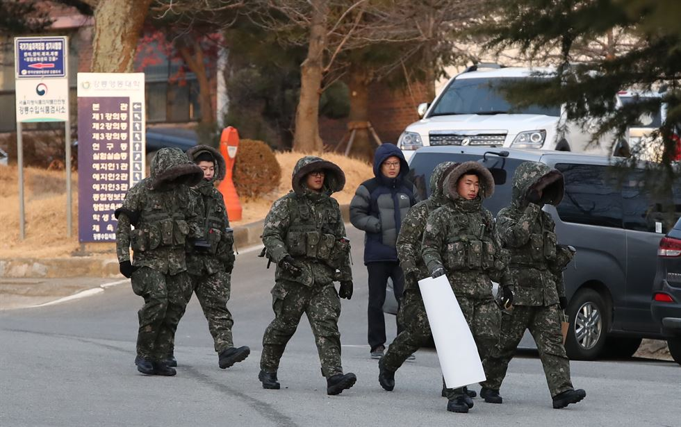 Soldiers guard the entrance to Gangneung Oval on Feb. 5 after they replaced 1,200 Olympics security agents who were quarantined the same day because some have contracted norovirus. / Yonhap