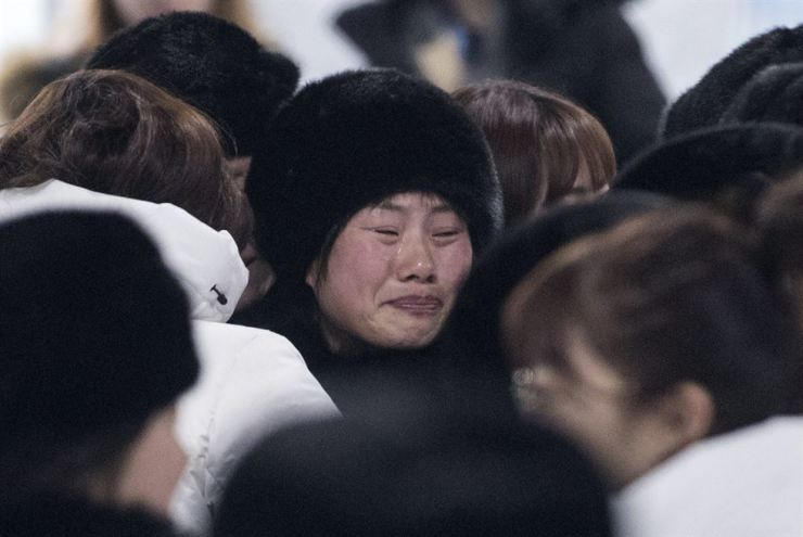 The joint Korean women's ice hockey team members say farewell to each other as the North Korean players leave the athletes' village in Gangneung, Gangwon Province, Monday, a day after the closing ceremony of the PyeongChang Winter Olympics. / Yonhap
