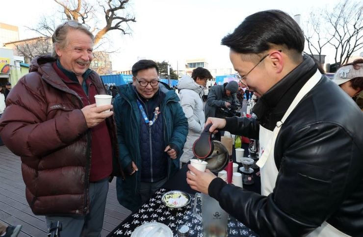 '100 People 100 Tastes,' held on Wolwha Street in Imdang-dong, Gangneung, Gangwon Province, Feb. 6, drew visitors from outside the city and the country. One hundred baristas made coffee using 'peace water,' a mixture of different waters from Mt. Baekdu in North Korea, Mt. Halla on South Korea's Jeju Island and the host city of the Winter Olympics, PyeonChang. / Yonhap