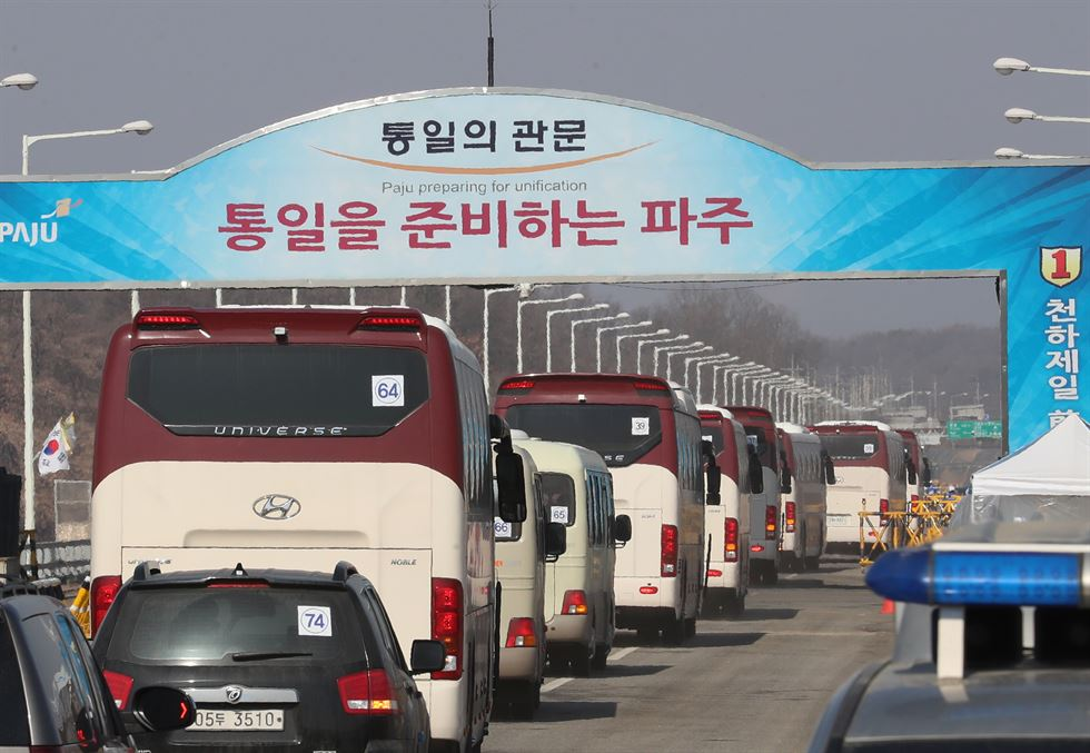 North Korean cheerleaders wave their hands as they prepare to return home at via the customs, immigration and quarantine (CIQ) office at Dorasan Station, Monday. / Yonhap