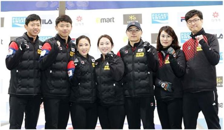 From left are members of the Korean national curling team with family ties: twin brothers Lee Ki-bok and Lee Ki-jeong, sisters Kim Kyung-ae and Kim Young-mi, brother and sister Kim Min-chan and Kim Min-jung, head coach of the women's curling team, and Min-jung's husband Jang Ban-seok, who heads the mixed doubles team for PyeongChang 2018. / Korea Times