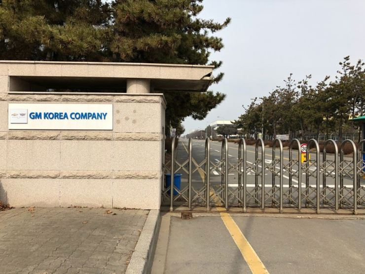 The main gate is closed at GM Korea's Gunsan plant following the carmaker's decision to shut down the factory in the port city located in North Jeolla Province. / KoreaTimes photo by Rha Hae-sung.