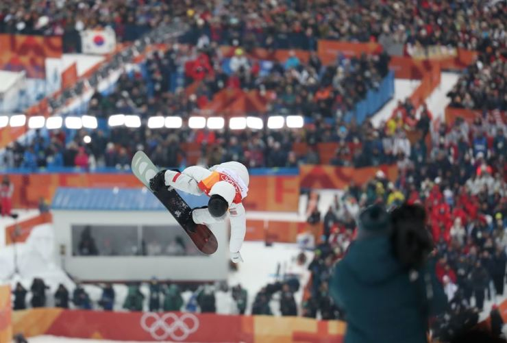 The United States' Shaun White performs in the second run of the men's halfpipe final run at the PyeongChang Winter Olympics at Phoenix Park in PyeongChang, Feb. 14. / Yonhap