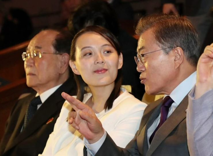 President Moon Jae-in speaks to North Korea's special envoy Kim Yo-jong during her visit to Korea for the PyeongChang Olympic opening ceremony. / Yonhap