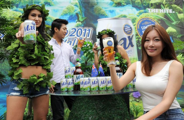 Models promote HiteJinro's Max Special Hop at Cheonggye Square near Cheonggyecheon Stream in Jongno-gu, Seoul. The Korea Times' 24-hour online poll showed 57 percent of the respondents disliked Korean beers, particularly the products of major conglomerates like OB, HiteJinro and Lotte. / Korea Times file