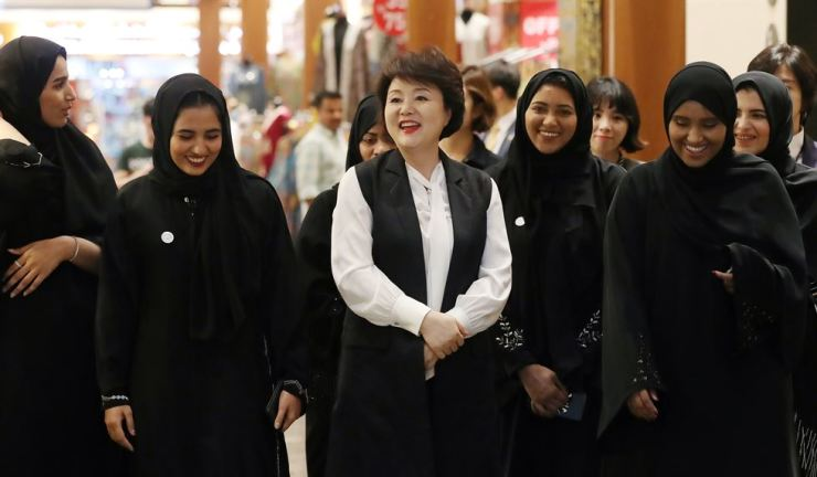 First lady Kim Jung-sook looks around a traditional market in Abu Dhabi with students learning the Korean language at King Sejong Institute there, Sunday. / Yonhap