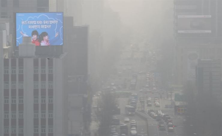 Fine dust deteriorates the visibility in downtown Seoul. / Yonhap