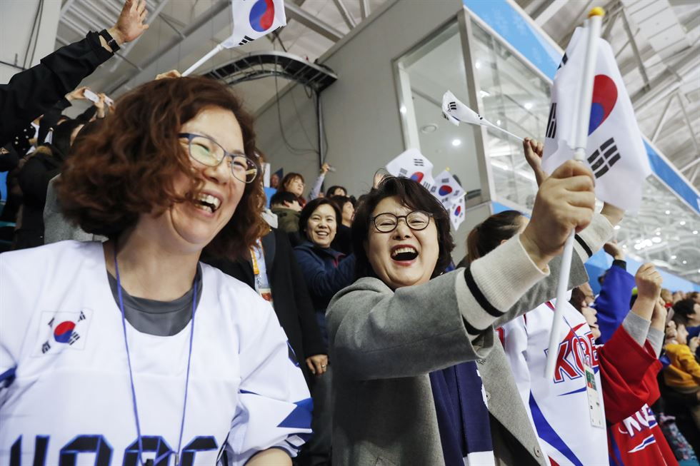 First lady Kim Jung-sook cheers for Team Korea during the men's ice hockey game between Korea and Canada at the Gangneung Hockey Center, Thursday. / Yonhap