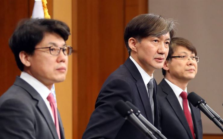 Presidential secretaries speak on President Moon Jae-in's bill for a constitutional revision, Tuesday. / Yonhap