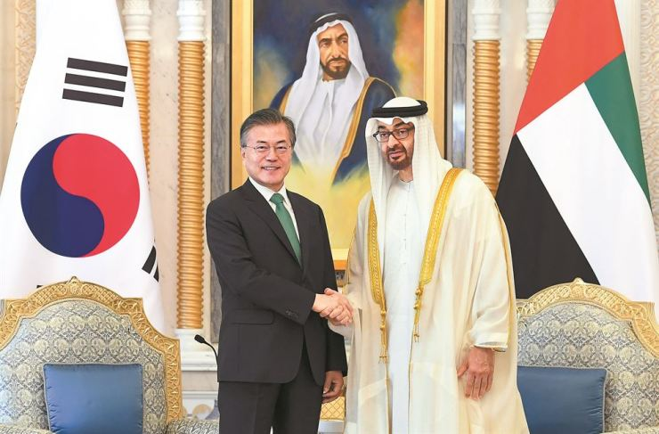 President Moon Jae-in shakes hands with Crown Prince of Abu Dhabi Mohammed bin Zayed Al Nahyan in the latter's office before a summit with the United Arab Emirates leader, Sunday. / Yonhap